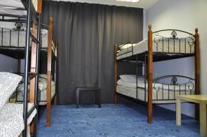Двухъярусная кровать или двухъярусные кровати в номере Хостел Славянка