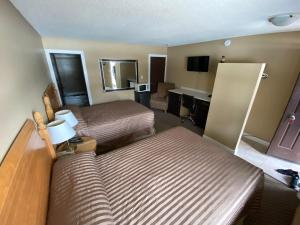 A bed or beds in a room at Twin Creeks Motel