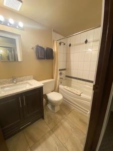 A bathroom at Twin Creeks Motel