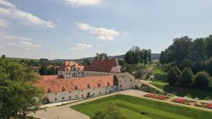 Ein Blick auf den Pool von der Unterkunft Schloss Thalheim oder aus der Nähe