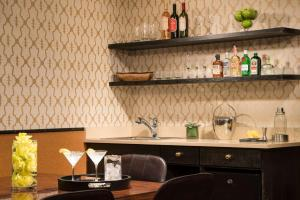 A kitchen or kitchenette at Gild Hall - A Thompson Hotel