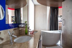 A bathroom at Jumeirah Creekside Hotel