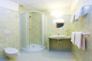 Un baño de Hotel Merkur