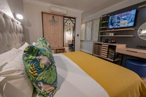 A television and/or entertainment centre at Villa Bali Luxury Guesthouse