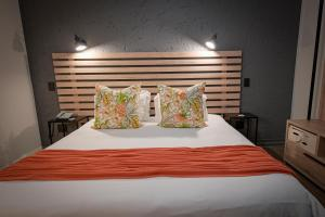 A bed or beds in a room at Villa Bali Luxury Guesthouse