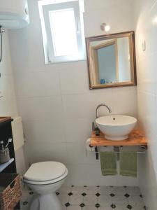 A bathroom at Apartment Bosiljak