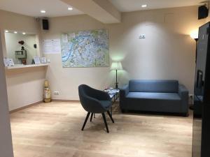 A seating area at Pensión Begoña - Bilbao centro