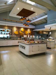 Een keuken of kitchenette bij Grand Paradise Samana All Inclusive