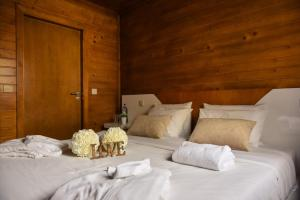 A bed or beds in a room at Quinta do Farejal