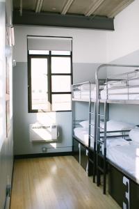 Palanda nebo palandy na pokoji v ubytování The Local NY