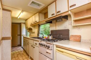 A kitchen or kitchenette at Camping Mindunai