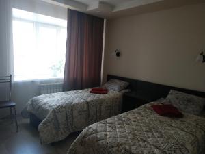 Кровать или кровати в номере Золотой скорпион Чагода