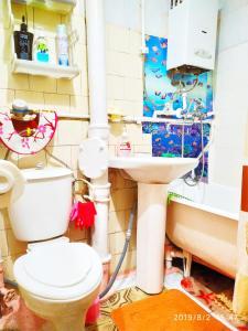 A bathroom at У Дома культуры Молодёжи однокомнатная квартира