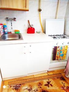 A kitchen or kitchenette at У Дома культуры Молодёжи однокомнатная квартира