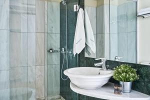 Ένα μπάνιο στο Arion Athens Hotel
