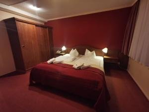 A bed or beds in a room at Hotel Zur Goldenen Sonne