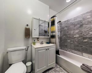 A bathroom at MARVELOUS 3 BEDROOM APARTMENT / PERFECT LOCATION