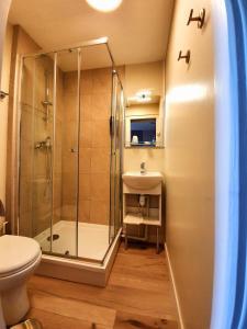 Salle de bains dans l'établissement Larmor Plage Hotel