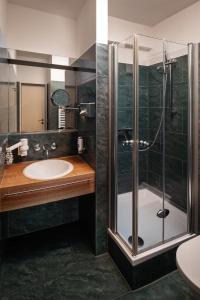 A bathroom at Dietrich-Bonhoeffer-Hotel Berlin Mitte