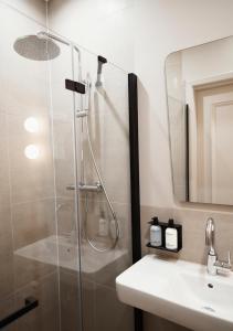 Um banheiro em The Times Hotel