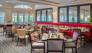A restaurant or other place to eat at Raffles Hotel Le Royal