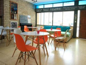 Un restaurant u otro lugar para comer en Aventura Hostel