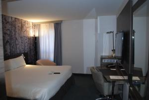 A bed or beds in a room at Novotel Ottawa City Centre Hotel