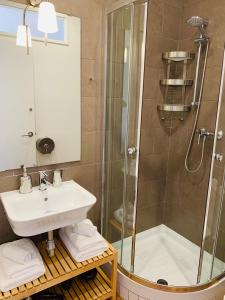 Un baño de APTBCN Super Balmes Guest House