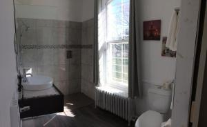 A bathroom at Auberge du Missionnaire