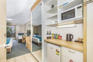A kitchen or kitchenette at Best Western Airport 85 Motel