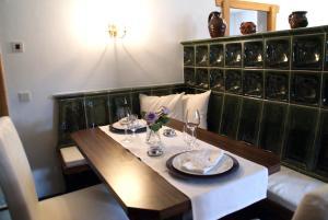 Ein Restaurant oder anderes Speiselokal in der Unterkunft Kapuzinerberg Apartments