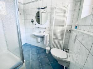 A bathroom at Ferienwohnungen Weingut Kilburg
