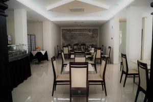 Um restaurante ou outro lugar para comer em Angra Central Hotel