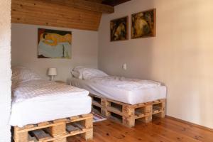 A bed or beds in a room at Domek malarza Matarnia