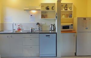 A kitchen or kitchenette at Twin Waters Lodge