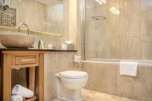 Ein Badezimmer in der Unterkunft The Richmond Hotel; BW Signature Collection