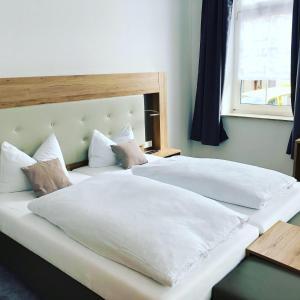 Ein Bett oder Betten in einem Zimmer der Unterkunft Hotel Gasthof Koch