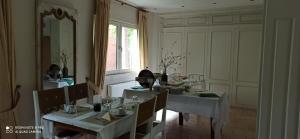 Ein Restaurant oder anderes Speiselokal in der Unterkunft La Petite Perle