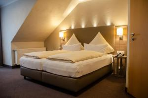 A bed or beds in a room at Hotel Haus Morjan