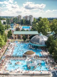 Výhľad na bazén v ubytovaní Hotel Ködmön alebo v jeho blízkosti
