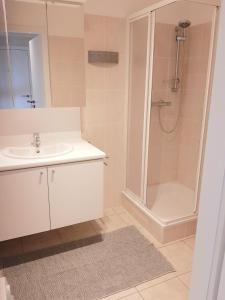 A bathroom at Léonie
