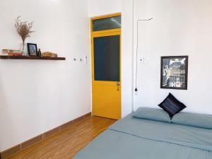 Giường trong phòng chung tại Halo Hostel