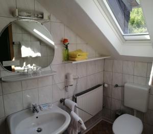 """Ein Badezimmer in der Unterkunft Pension """"Dorfkrug"""""""