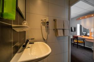 A bathroom at Golden Tulip Noordwijk Beach