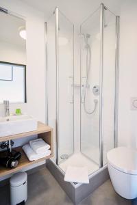 A bathroom at Gasthof Neuwirt Unterföhring