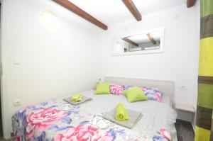 A bed or beds in a room at New Lux Apartman Kala