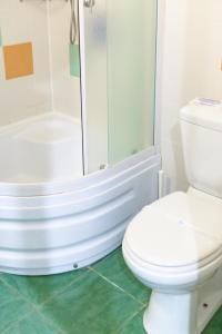 A bathroom at Park-Hotel Lake Aya