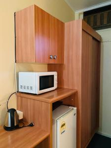 A kitchen or kitchenette at County Lodge Motor Inn
