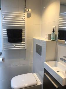 Een badkamer bij Beach Break Zandvoort