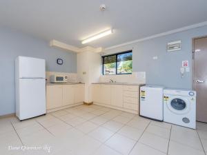 A kitchen or kitchenette at Bay Breeze 2 Bedroom Villa 10